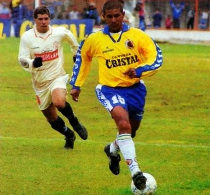 Franklin Baldovino, uno de los baluartes en la campaña del Minas el '98, deja atrás a Mauro Cantoro en el 1-1 de los cerreños contra Universitario (Recorte: revista Don Balón Perú)