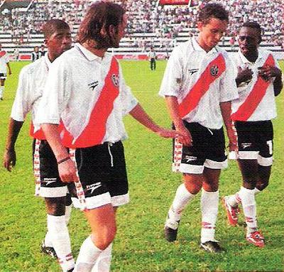 Roberto Martínez sale de la cancha rodeado de Penalillo, Calcaterra y Amoako luego de culminado el primer tiempo en Matute. Aquel fue su último momento como jugador de fútbol profesional (Recorte: revista Once)