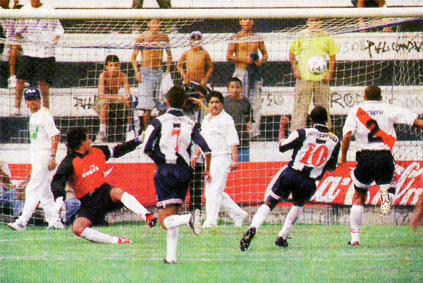 Waldir Sáenz marcó así el inicio de la goleada de Alianza sobre Municipal (Recorte: diario El Comercio, suplemento Deporte Total)