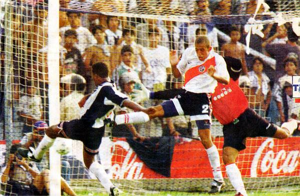 El último gol de Alianza llegó en los pies de David Chévez que añadió así el balón tras un centro de Juan Carlos Bazalar que se les pasó a Giancarlo Soto y Miguel Miranda (Recorte: diario El Comercio, suplemento Deporte Total)