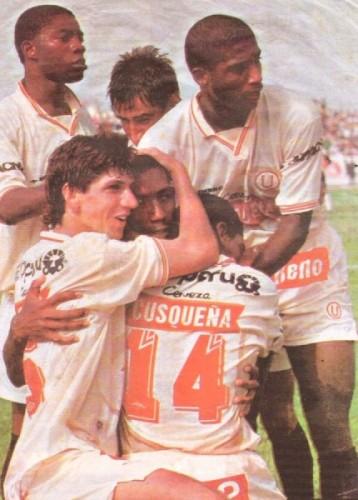 Jean Ferrari, Luis Guadalupe y Marko Ciurlizza abrazan a Eduado Esidio, luego de su tanto que abrió el marcador en Chiclayo. (Recorte: diario El Comercio / suplemento Deporte Total)