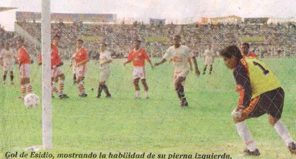Preciso instante en que Eduardo Esidio vence la resistencia de Carlos Marrou. Era el 0-1 a favor de la 'U' (Recorte: diario Líbero)