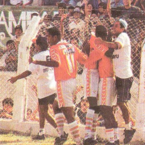 Carlos Cáceda festeja con Martín 'Gullit' Reyes. Aurich había igualado el partido y, por un momento, prolongó las celebraciones cremas (Recorte: diario El Comercio / suplemento Deporte Total)