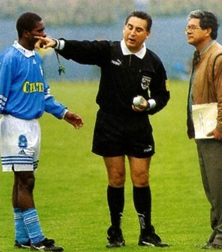 José Arana no solo tuvo que lidiar con los jugadores en los partidos que dirigió, también lo tuvo que hacer contra la violencia de las tribunas como en el Cristal - Boys que suspendió en 1998 (Recorte: revista Don Balón Perú)