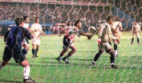 Preciso instante en el que la pelota choca en el brazo de Eduardo Esidio antes de ir directo al arco defendido por Carlos Silvestri (Recorte: diario El Comercio, suplemento Deporte Total)