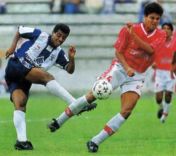 Un partido cerrado fue el que se jugó en Matute, tal como en esta jugada en la que Sandro Gamarra intercepta el remate de Walter Machaca. (Recorte: Revista Don Balón Perú)