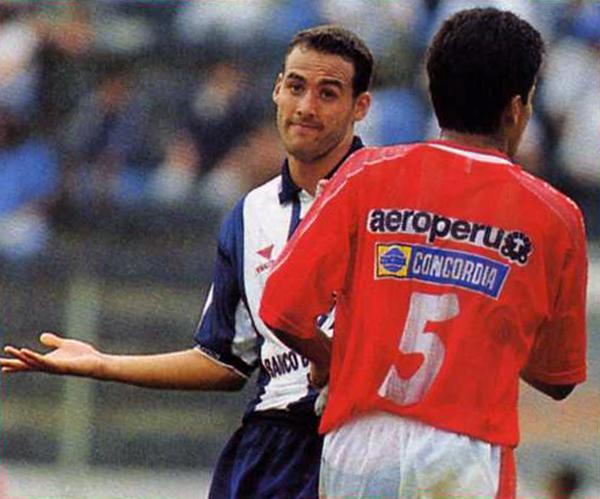 No arrancó como titular, pero Roberto Silva llegó a imponer su presencia ofensiva en una jugada que acabó como penal para su equipo. (Recorte: Revista Don Balón Perú)