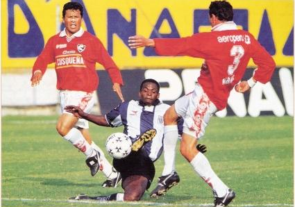 Parihuana enfrenta con Cienciano a Alianza Lima en Matute por el Clausura 1998. (Foto: Don Balón Perú)