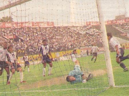 Áder Cruz anota el que hasta ahora era el último gol de un equipo chimbotano ante Alianza Lima en Matute: jugando por Pesquero en el Clausura 1998 (Recorte: diario Líbero, 29/11/98)