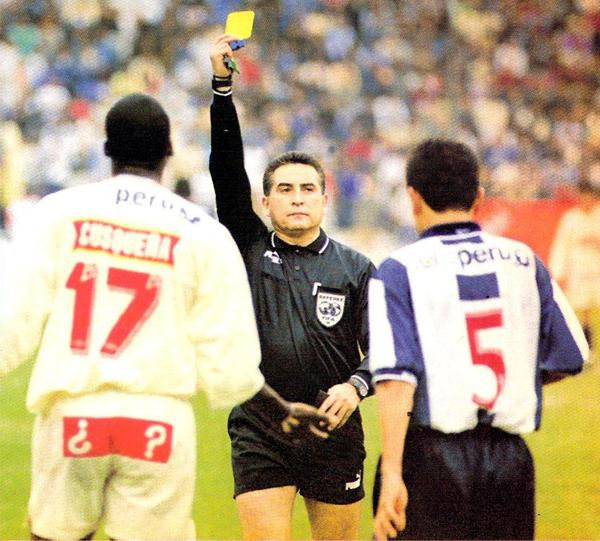 Una amarilla de las once que mostró José Arana en el clásico de 1998 y una de las muchas en su carrera como árbitro (Recorte: revista Don Balón Perú)