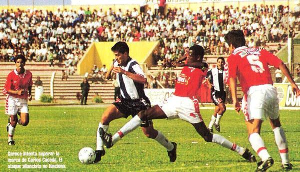 El argentino Facundo Gareca trata de superar la marca de Carlos Cáceda. Aquella vez, Aurich y Alianza no pasaron del 0-0 en Chiclayo, en duelo válido por el Clausura 1998 (Recorte: revista Once)