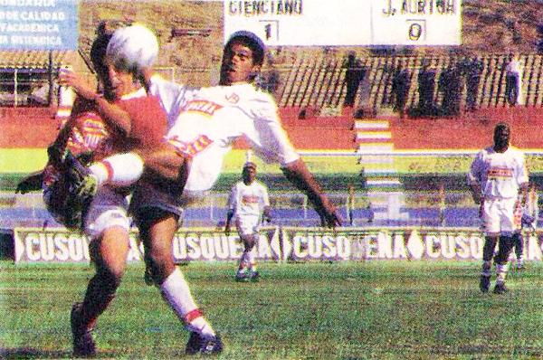 Ataque de Cienciano la vez que derrotó por 1-0 a Juan Aurich en el Cusco durante el Clausura 1998 (Recorte: diario Líbero)