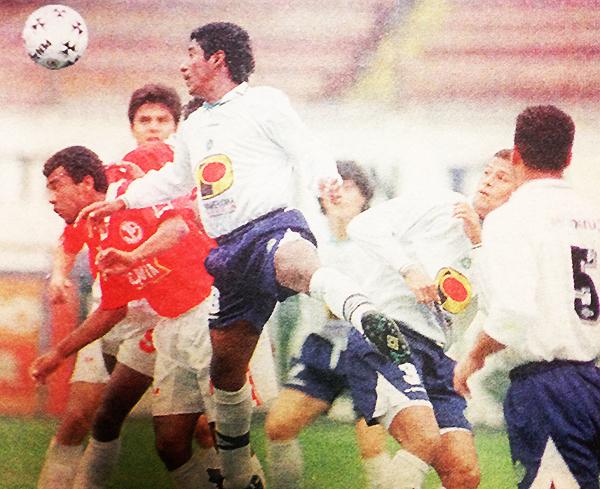Víctor Chávez, con uniforme de Lawn Tennis, se impone en el juego aéreo a Segunda Quiroz (Recorte: diario Líbero)