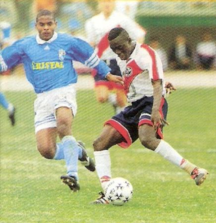 Prince Amoako domina el esférico ante la atenta mirada de Ismael Alvarado. Aquella vez, Municipal derrotó a Cristal con tantos del ghanés, en encuentro válido por el Clausura 1998 (Recorte: revista Don Balón Perú)