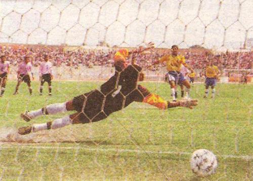 El colombiano Franklin Baldovino, de penal, supera la resistencia de Boys en el Clausura 1998 y rompe la valla invicta rosada tras nueve jornadas (Recorte: diario El Bocón)