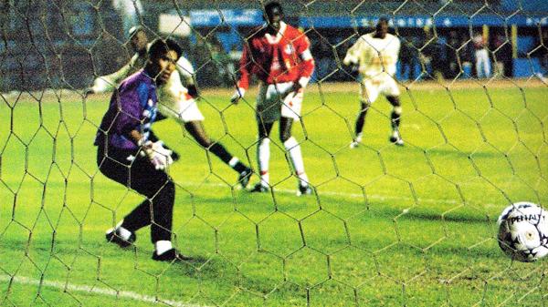 Carlos Marrou solo hace vista luego de la definición de Víctor Cotito que marcó el 1-0 de la 'U' sobre Aurich (Recorte: revista Don Balón Perú)