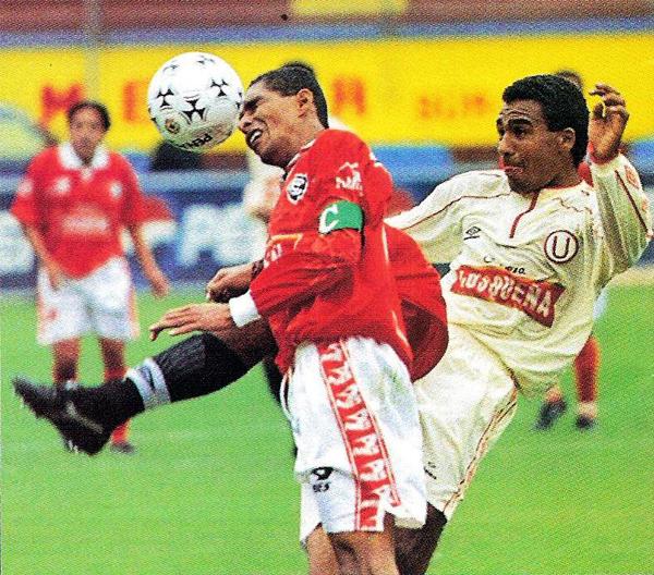 Escena del partido en el que Cienciano le sacó un punto a la 'U' en 1998 con Carlos Cumapa y Gregorio Bernales en franca disputa por el esférico (Recorte: revista Don Balón Perú)