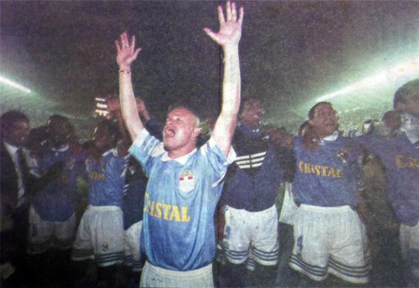 El paraguayo Javier Ferreira, valor fundamental en aquel Cristal para conducir los ataques celestes (Recorte: revista Once)