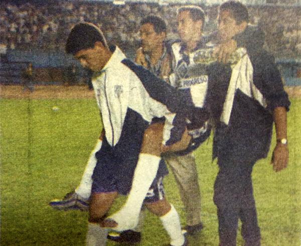 Cargado y lesionado, Roberto Silva tuvo una pésima noche de definición ante Cristal (Recorte: revista Once)