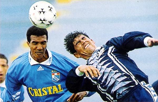 Durante la temporada 1998 el brasileño Nilson se volvió un delantero de temer en el fútbol peruano (Recorte: revista Don Balón Perú)