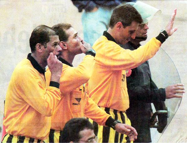 La terna brasileña se retira del campo de juego regalando saludos luego de dirigir el Cristal-Boys (Recorte: diario El Comercio, suplemento Deporte Total)