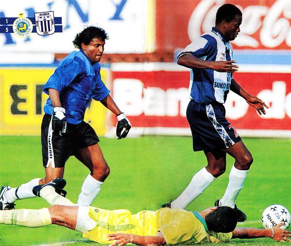En su último partido en Primera División: con Lawn Tennis, que vistió camiseta amarilla, ante Alianza en el Nacional en 1998. (Foto: revista Don Balón Perú)