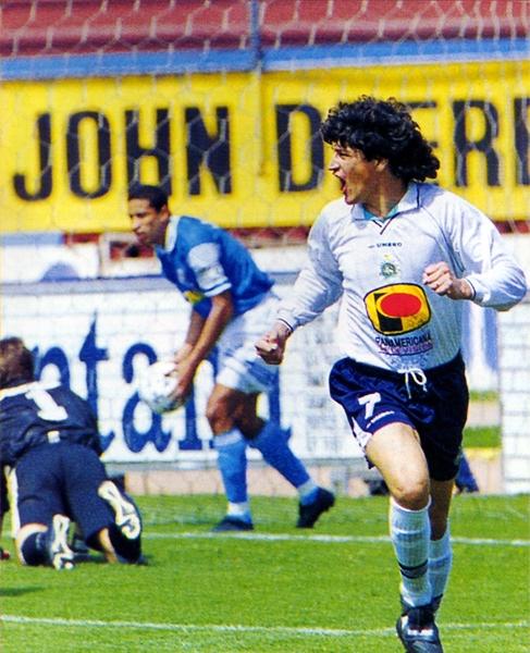 El argentino Marcelo Bauzá luego de anotarle un gol a Cristal con los colores del Lawn Tennis FC que solo tuvo una temporada en Primera División (Recorte: revista Don Balón Perú)