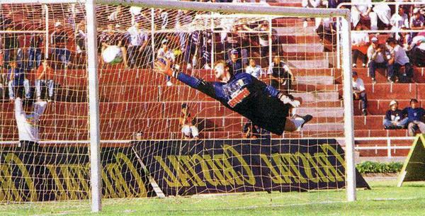 El vuelo de Alejandro Mullet es en vano. Cristal superó por apenas un gol a Melgar en Arequipa en su carrera hacia el título del Torneo Clausura de 1998 (Recorte: diario Líbero)