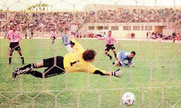 El arquero Ferro no tuvo siempre suerte en el arco celeste, como cuando visitó el Callao durante el Clausura de 1998 (Recorte: diario Líbero)
