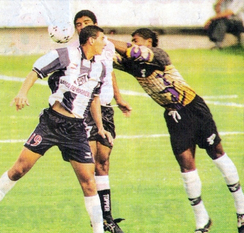 Juan Flores despeja el balón ante la carga de Claudio Pizarro en uno de los partidos que definió al clasificado a la Copa Conmebol del siguiente año (Recorte: diario Líbero)