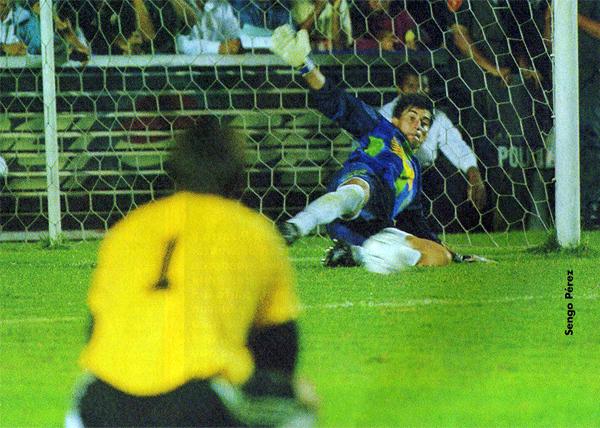 El uruguayo Oscar Ferro, de espaldas a la imagen, observa como Oscar Ibáñez contiene uno de los penales de Cristal la noche que se definió el título nacional (Recorte: revista Don Balón Perú)