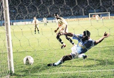 El duelo en que Universitario y Cristal definieron el título de 1998 iba a ser al ganador de tres partidos; no obstante, el calendario quedó apretado y no pudo ser posible