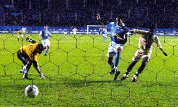 Roberto Farfán anota el primer gol crema en las finales contra Cristal por la temporada de 1998 (Recorte: revista Don Balón Perú)