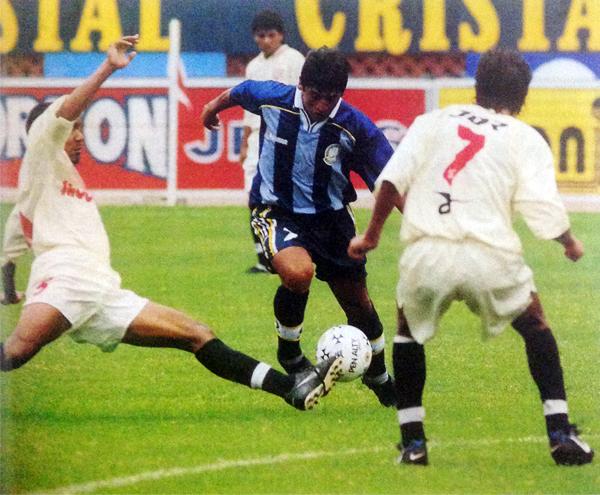 Áder Cruz a la carga del arco de América Cochahuayco en el recordado cotejo de revalidación de 1999 que salvó a Deportivo Pesquero en penales. (Foto: revista Don Balón Perú)