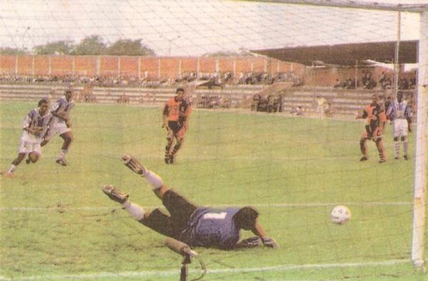 Disparo de Roberto Holsen sobre el arco de Melgar en el empate 1-1 entre el cuadro rojinegro y Alianza Atlético, en el Miguel Grau de Piura, por el Apertura 1999. (Recorte: diario Líbero)