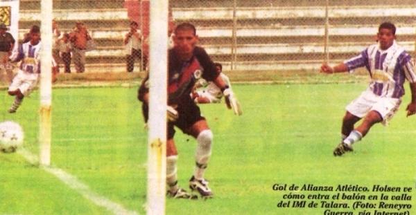 Roberto Holsen ve como el balón ingresa tras el remate de Marco Salinas. Aquella vez, por el Apertura 1999, Alianza Atlético derrotó a IMI, elenco que encajaba siete goles en su segundo partido en Primera (Recorte: diario Líbero)