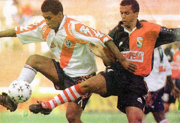 Orlando Prado controla el balón mientras el brasileño Paulo César Cruvinel se lo intenta quitar en el 1-1 de Melgar y Municipal del Apertura 1999 (Recorte: diario Líbero)