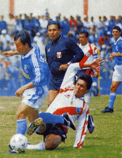 El árbitro Carlos Espichán observa una acción del cotejo en el que el Municipal de Ramón Quiroga realizó cinco variantes (Recorte: revista Don Balón Perú)