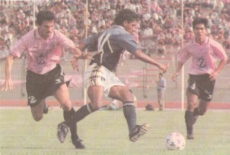 Marcelo Asteggiano marca a Alejandro Cipriano la tarde que Boys y Pesquero igualaron 0-0 en el Callao por el Clausura '99. Observa Marco Okuma (Recorte: diario El Comercio, suplemento Deporte Total, 01/04/99)