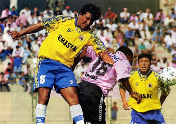 Ante Boys en el Callao, observando el salto entre Daniel Torres y Roberto Darío Martínez, por el Apertura 1999. (Foto: revista Don Balón Perú)