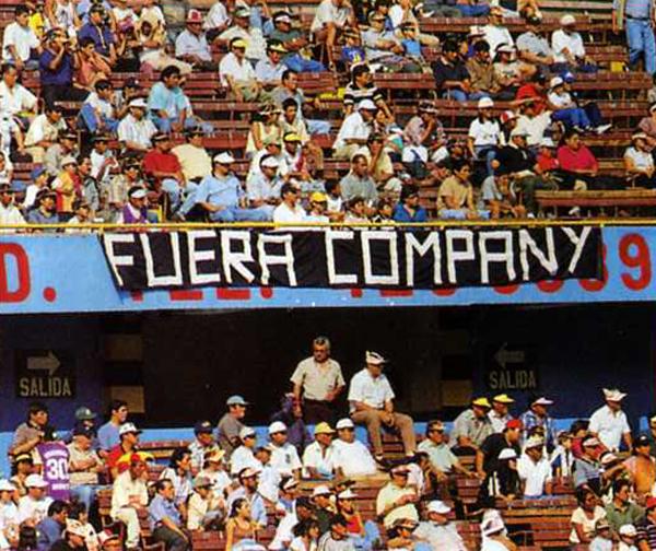 La tensa situación en Universitario se reflejó en las tribunas con los hinchas exigiendo la salida de Miguel Company (Recorte: Revista Don Balón Perú)
