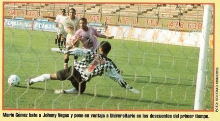 Mario 'Machito' Gómez convierte en el arco de Johnny Vegas y abre el camino de la goleada 4-0 de la 'U' sobre Boys en el Apertura 1999 (Recorte: revista Once, Nº 93 p. 7)