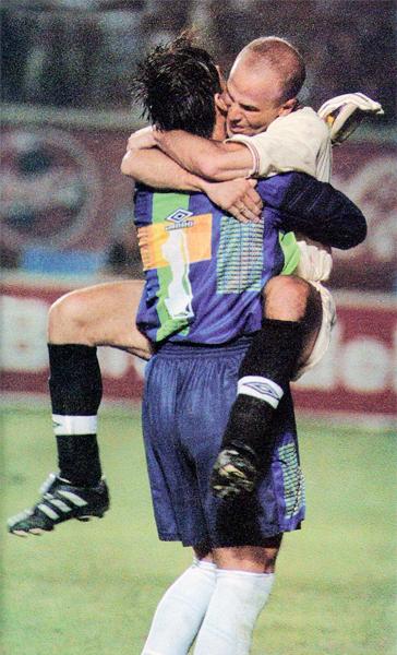 Envueltos en un problema que no se buscaron, Oscar Ibáñez y Gustavo Grondona salieron adelante por la unión del equipo (Recorte: Revista Once)