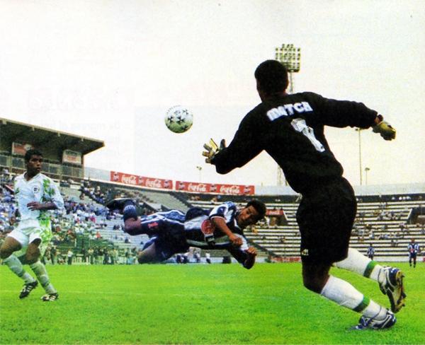 IMI comenzó de la peor manera su aventura en la Primera División, jugando en Matute contra Alianza, que le encajó cinco goles, uno de ellos obra de Christian Sotomayor con este golpe de cabeza (Recorte: revista Don Balón Perú)