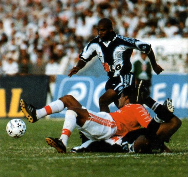 Tressor Moreno intenta llevarse el balón ante la mirada de Néstor Rivera en una confusa jugada (Recorte: revista Don Balón Perú)