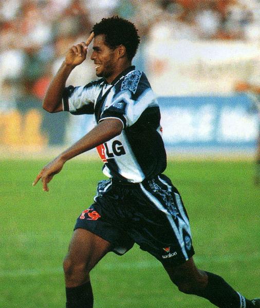El agónico empate en Chiclayo se produjo y Sandro Baylón corre a festejar su anotación (Recorte: revista Don Balón Perú)