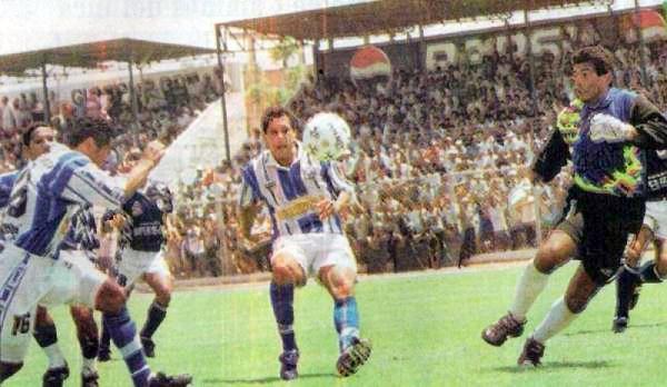'Pedrito' García, a la izquierda, anota uno de los tantos con los que Alianza Atlético goleó a IMI (Recorte: diario Líbero)