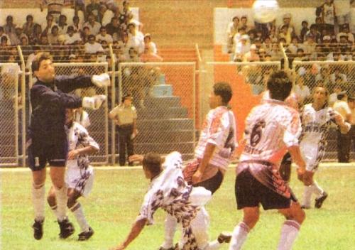Dirigiendo en Primera División, Alberto 'Chochera' Castillo solo había conseguido un punto en toda su trayectoria. Eso fue en el Clausura 1999, la vez que IMI y Municipal igualaron 0-0 en Talara (Recorte: diario Líbero)
