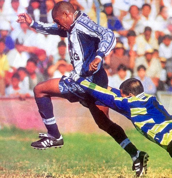Postal del Clausura 1999: Tressor Moreno elude a Silvestri, quien se estira para intentar alcanzarlo; sin embargo, le comete la falta fuera del área y sale expulsado. (Foto: revista Don Balón Perú)