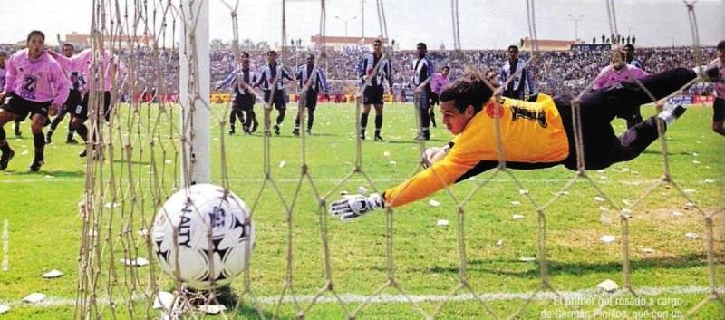 Gol de Germán 'El Machi' Pinillos en el partido que los rosados volvieron a celebrar un triunfo sobre Alianza luego de nueve años en 1999 (Recorte: revista Don Balón Perú)